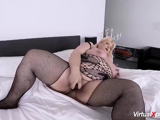 Plumper mature fapping on webcam