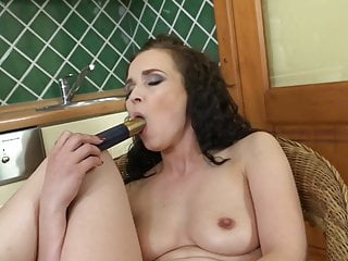 Unexperienced cougar feeding her rosy moist cooter