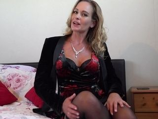 British Milf Elegant Eve Fingering Herself - MatureNL