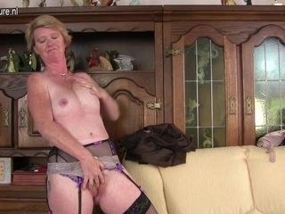 Naughty British Housewife Playing With Her Wet Pussy - MatureNL