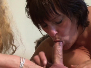 Mature plus-size couple dickblowing in threesome