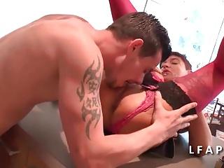 Maman cougar aux gros seins se fait ramoner le cul