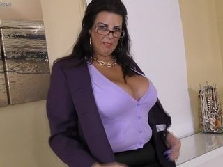 Big Breasted Housewife Getting Wet And Wild - MatureNL