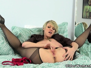 American milf Dee Williams admires will not hear of pussy wide be passed on iteration