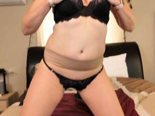 Canadian cougar Velvet Skye likes a great finger porking
