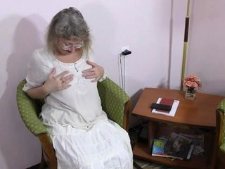Grey-haired gilf Zosya from Russia finger drills her gash