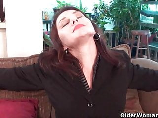Wooly cougar Susana Moore from the USA is frolicking her fuckbox