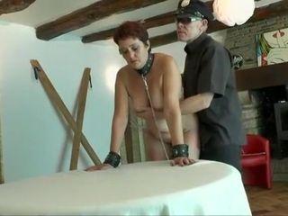 Natasha, une femme adultère se fait goder et baiser après avoir été traiter comme une chienne tenue en laisse, elle aime ça.