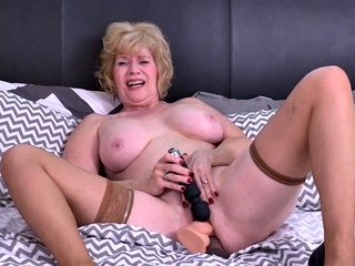 American full-grown lassie Sindee Dix carrying-on anent their way toys