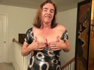 Yankee cougar Kelli needs pleasing her furry cootchie