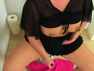 Brit cougar Diamond works her nyloned fanny on wc
