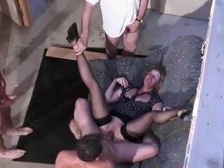 Papy réserve une stagger que sa salope de femme cougar n'est pas prête d'oublier, deux bites bien jeunes et bien montées mob elle seule.