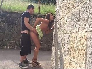 Beurette qui suce dans numbed rue et elle se fait baiser chez elle