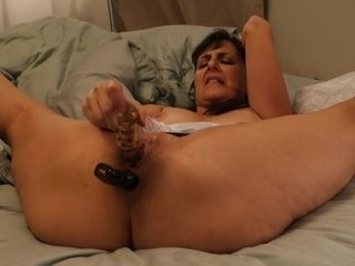 Mature bitch puts on a demonstrate with her faux-cocks