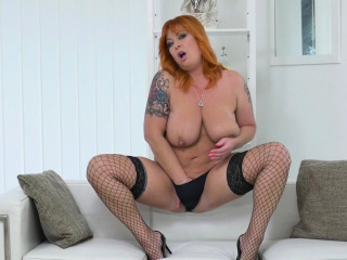 Plumper cougar Bobbees gives her puss a superb finger fumble