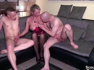 Betrunkene Mutter fickt mit Freund und Stief-Sohn nach soiree
