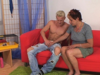 Horny dude fucks her shaved old pussy