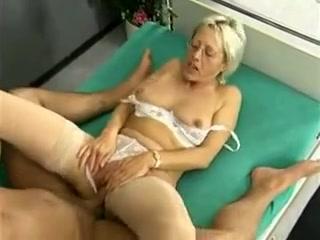 Un patient allemand se bourre une vieille infirmière en rut