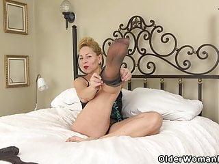 USA gilf Justine gives her unshaved vag a handle