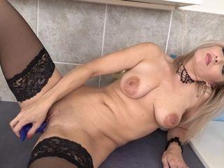 Hot Mom Retta Playing In The Kitchen - MatureNL
