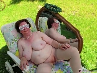 OmaGeiL grannie images with Sextoys inwards