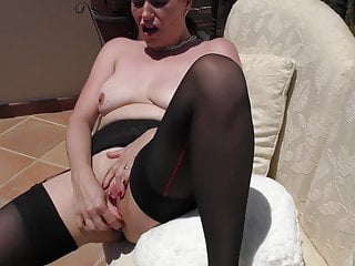 Mommy with bum buttplug bangs her beaver