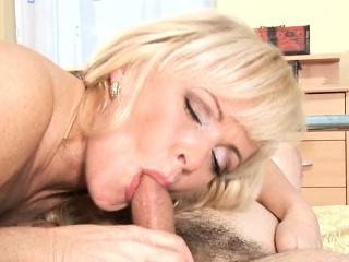 Sex loving older puts big dick of her sex partner to work
